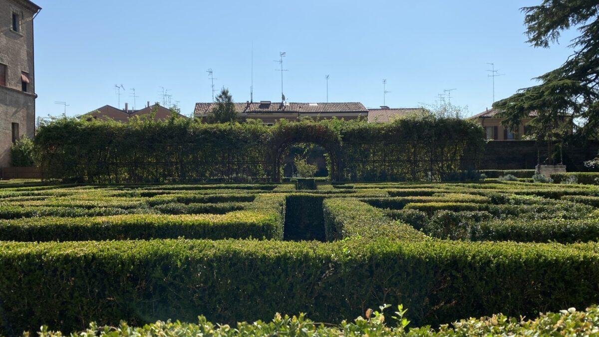 Verdi gemme in un rosso scrigno – passeggiando per giardini a Ferrara